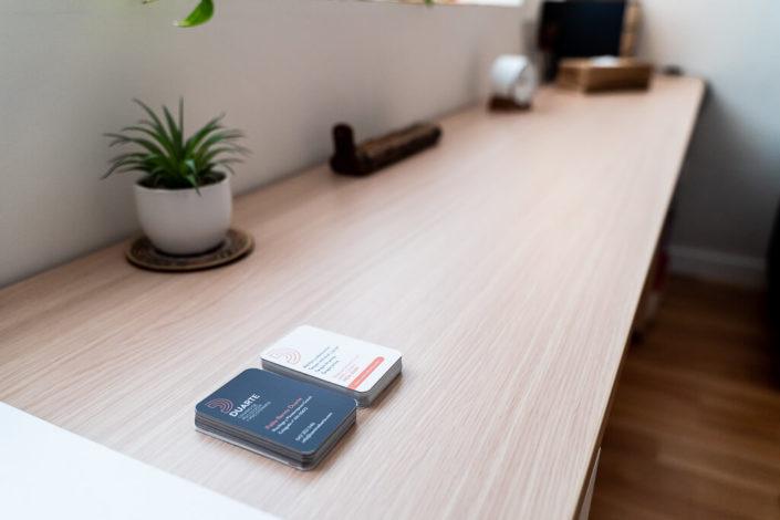 Escritorio con tarjetas psicólogo