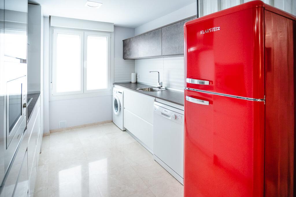 Cocina blanca con nevera roja