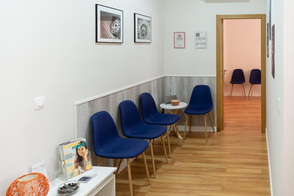 Vista sala de espera sillas azules