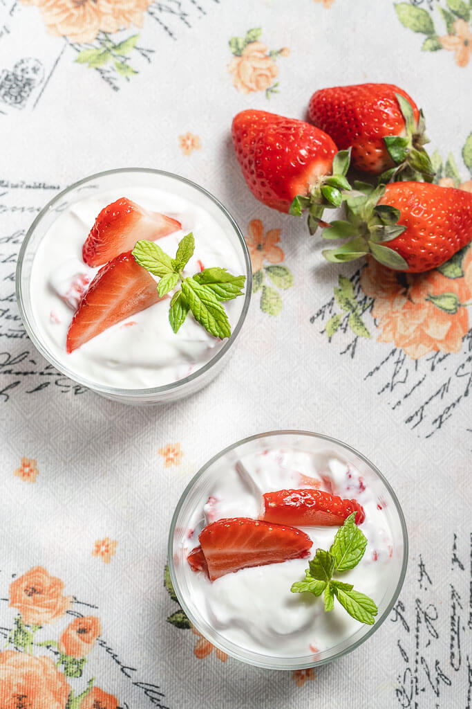 yogurt natural y fresas
